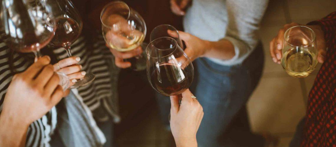 Weingläser mit Menschen